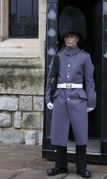 фото альбом Англия Солдат спит (стоя!), а служба идет
