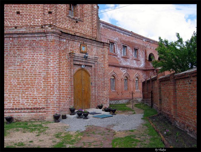 фото альбом Украина - Ахтырский Свято-Троицкий монастырь Был полностью разграблен и разрушен. Но сооружение впечатляло и что сейчас от него осталось.