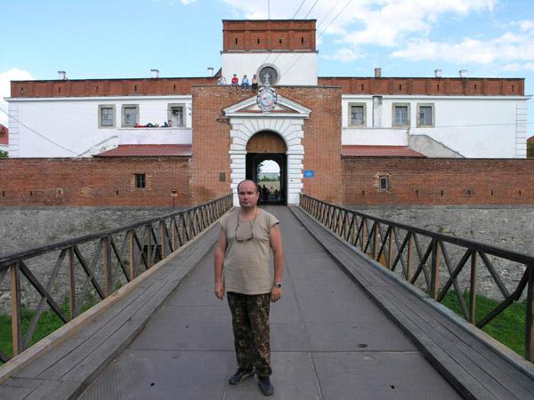 фото альбом Украина - Город Дубно, Ровенская область Лично сам на фоне Въездной башни замка.