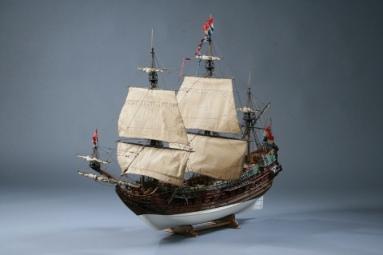 фото альбом Модели парусных кораблей от мастерской Верфь на столе Принц виллем.jpg.JPG